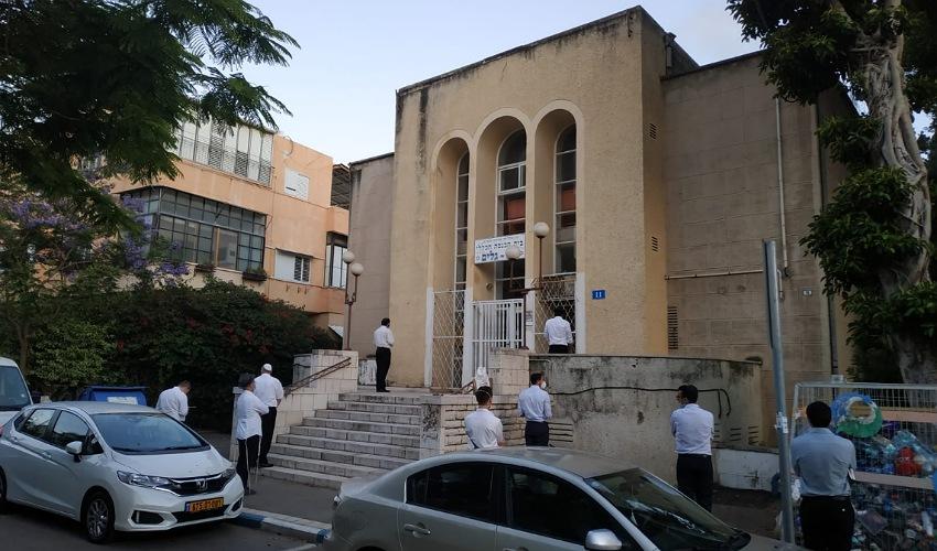 מתפללים מחוץ לבית הכנסת בבת גלים (צילום: יובל בוסין)