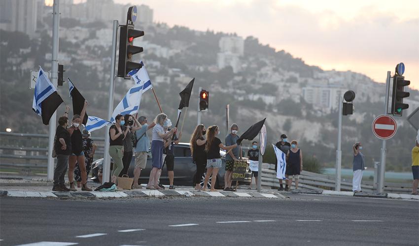 מחאת הדגלים השחורים בחיפה (צילום: רמי שלוש)