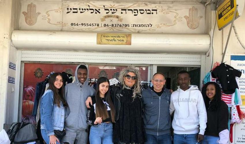 יוצרי הסרט עם אלישבע אזולאי כהן (צילום: בית הספר עירוני ה')