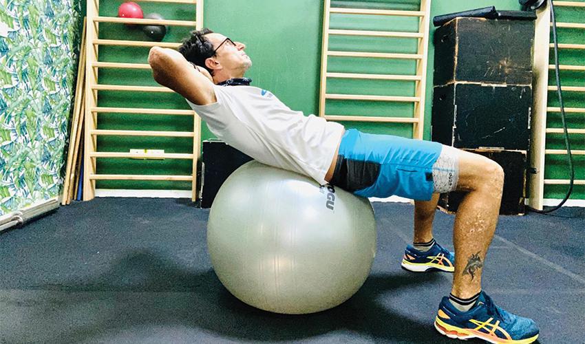 כפיפת בטן על כדור יציבה