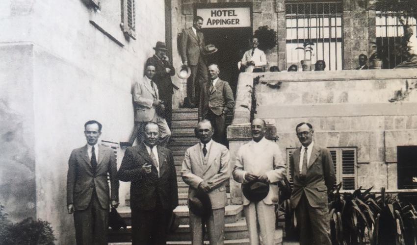 חברי ועדת פיל בכניסה למלון אפינגר, 1936 (צילום באדיבות משפחת אפינגר)