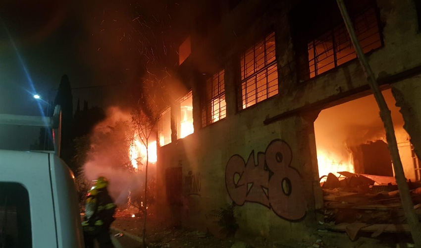 השריפה במבנה הנטוש בהדר (צילום: דוברות שירותי הכבאות וההצלה)