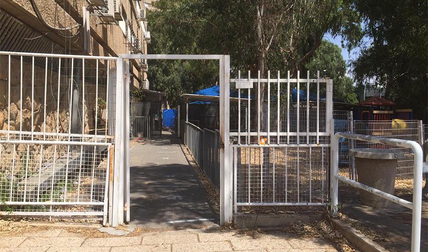 השער הפרוץ בגן יונה