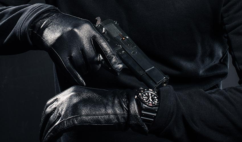 שוד באיומי אקדח (צילום: shutterstock.com/LightField Studios)
