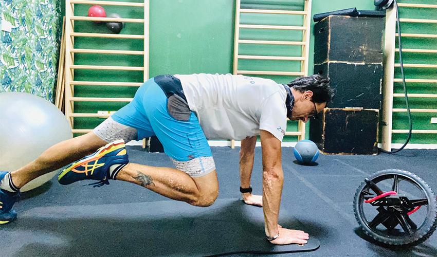 תרגיל בטן סטטי עם הכנסת הברך לכיוון המרפק