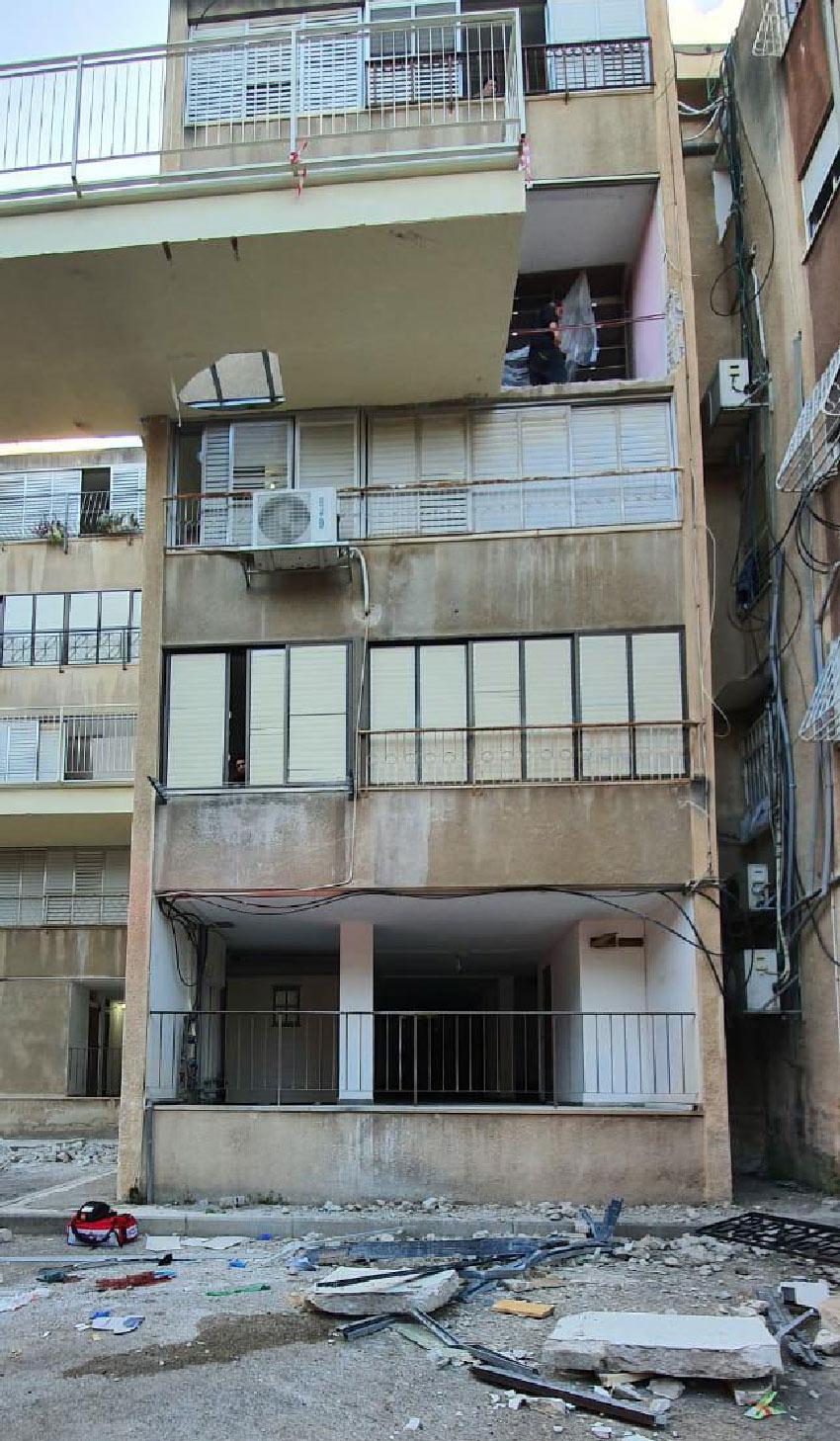 המרפסת שממנה נפלה האשה (צילום: דוברות איחוד הצלה)