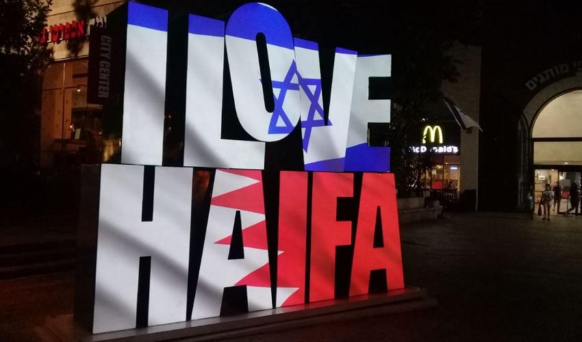 המיצב עם דגלי ישראל ובחריין