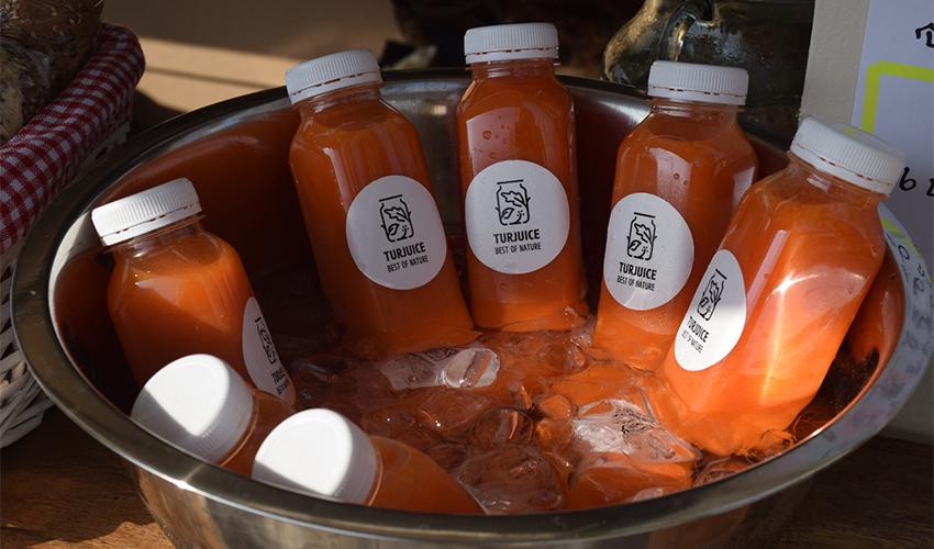 מיצים טבעיים בפודטראק Garden Café (צילום: יובל גורן)