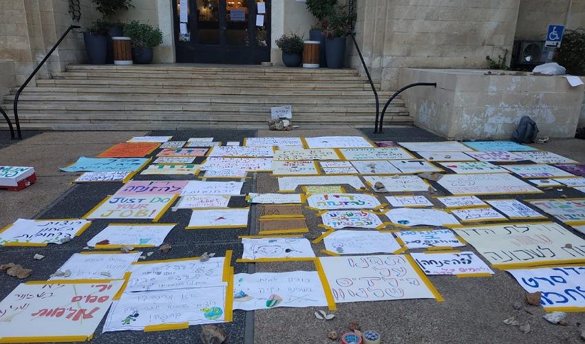 מיצב המחאה ברחבת עיריית חיפה (צילום: עופר פיקס)