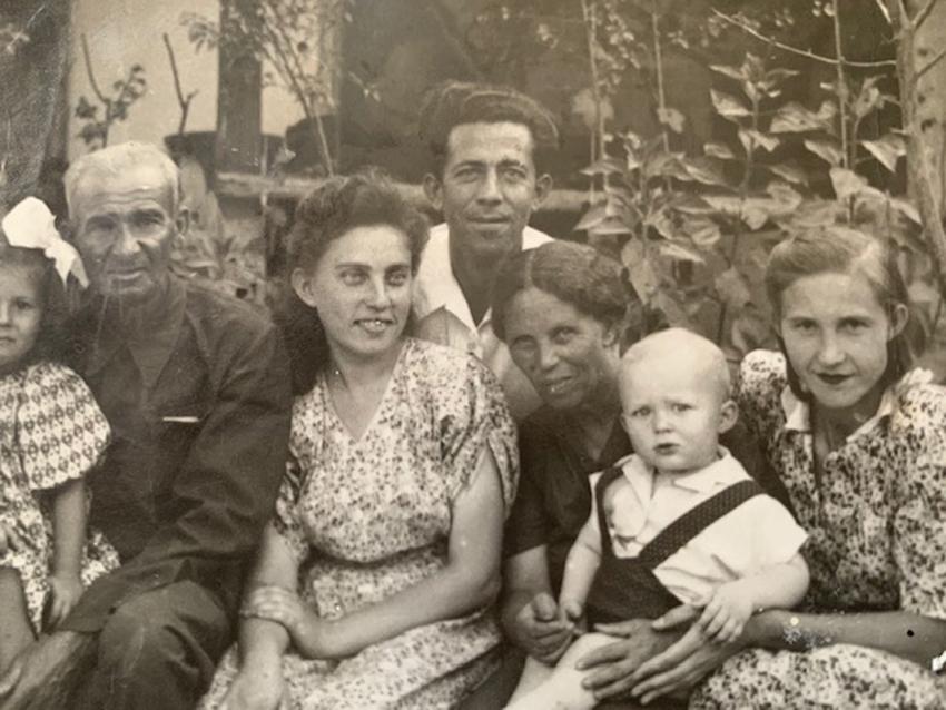 סבא וסבתא רבא של יאנה שור עם סבה, סבתה ואמה. בשיאה מנתה הקהילה היהודית יותר מ־200,000 איש