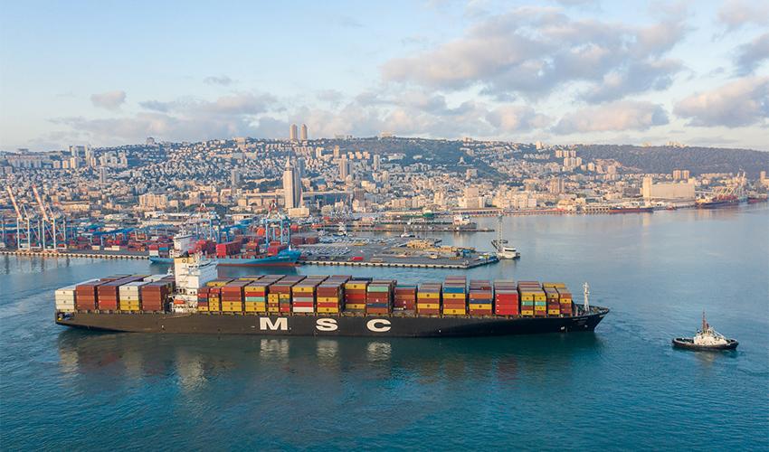 """האונייה """"MSC Paris"""" נכנסת לנמל חיפה (צילום: גיאודרונס)"""