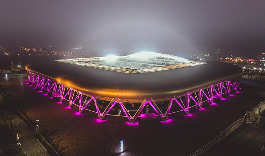 האיצטדיון העירוני מואר בוורוד (צילום: אלדד אלוני)