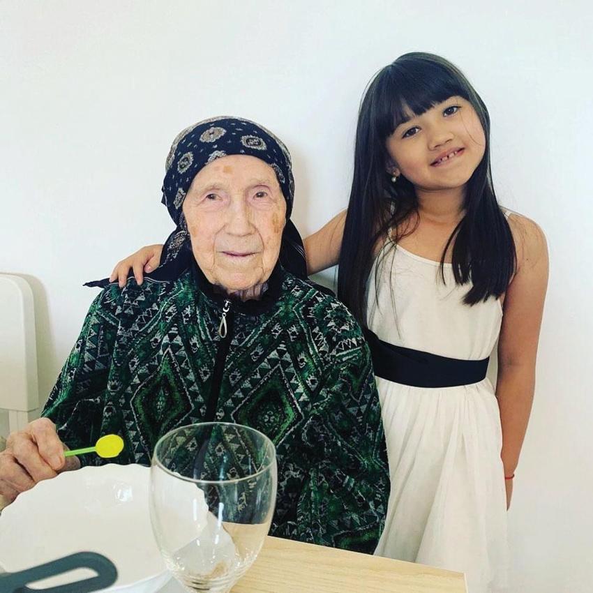 """הסבתא אירה בת ה-99 והבת סברינה. """"היא מקשיבה לקלאסיקות של טולסטוי וצ'כוב"""""""