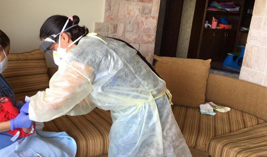 אחות טיפת חלב בביקור בית אצל יולדת שאובחנה חיובית לקורונה ותינוקה (צילום: דוברות שירותי בריאות כללית)