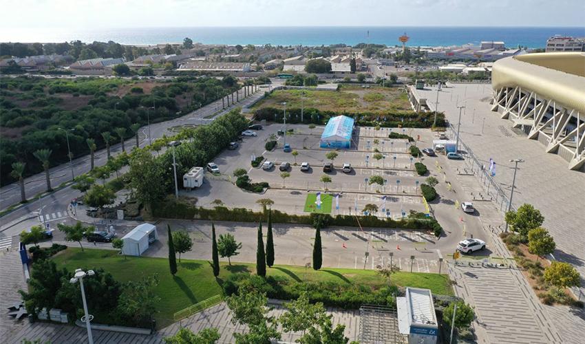 מתחם התחסן וסע בחניון של איצטדיון העירוני (צילום: דוברות מכבי שירותי בריאות)