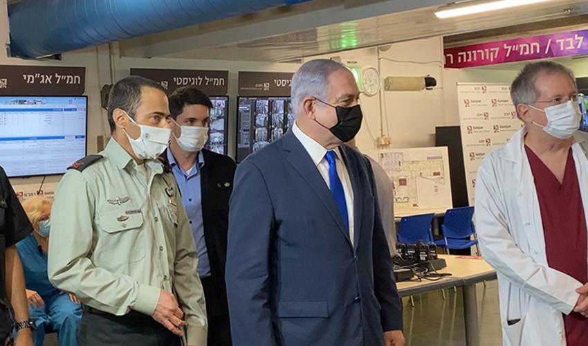 """מנהל רמב""""ם ד""""ר מיכאל הלברטל, ראש הממשלה בנימין נתניהו וקצין רפואה ראשי תא""""ל אילון גלזברג (צילום: דוברות הקריה הרפואית רמב""""ם)"""