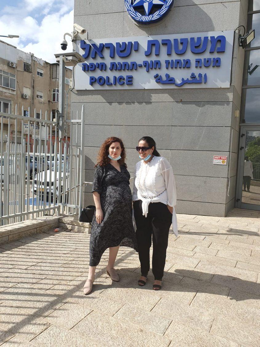 """נעמה לזימי ועו""""ד שרית גולן שטיינברג בפתח תחנת המשטרה"""
