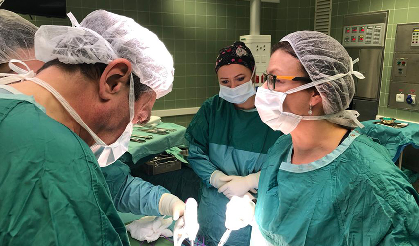 """ד""""ר תמר אברמוביץ' סגל בחדר הניתוח (צילום: אלי דדון)"""