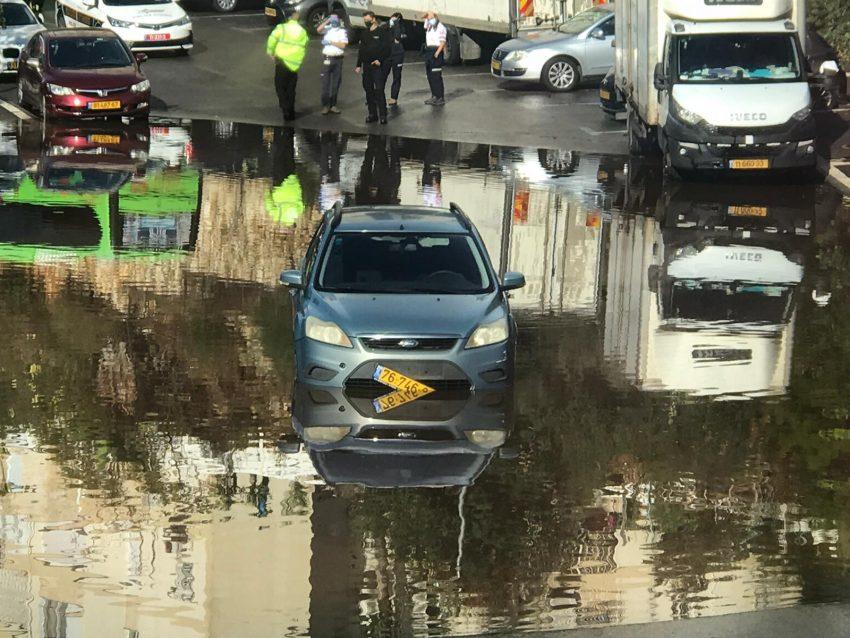 הרכב שנתקע בשלולית (צילום: דוברות שירותי הכבאות וההצלה)