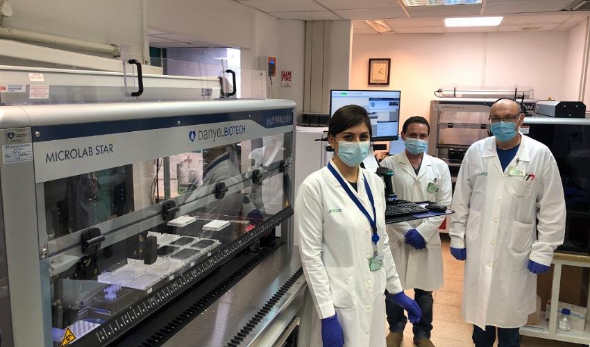 צוות מעבדת הקורונה ומכשיר הסטאר החדש (צילום: דוברות שירותי בריאות כללית)