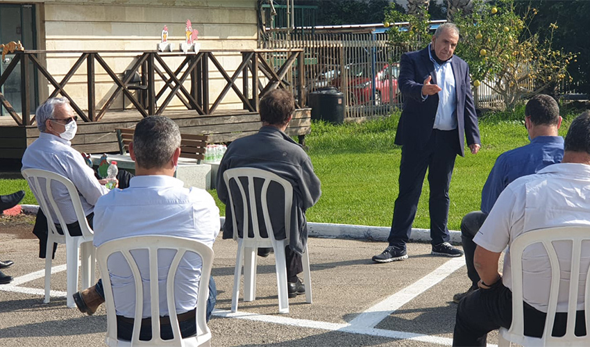 """משה קפלינסקי מדבר בפני חברי הוועדה הבין משרדית (צילום: דוברות קבוצת בז""""ן)"""