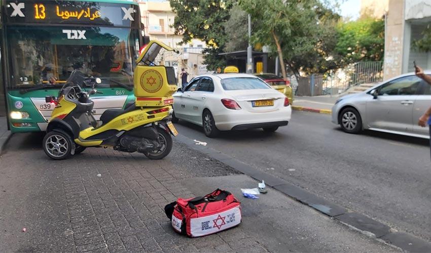 """זירת התאונה ברחוב החלוץ (צילום: ישי לוי, תיעוד מבצעי מד""""א)"""