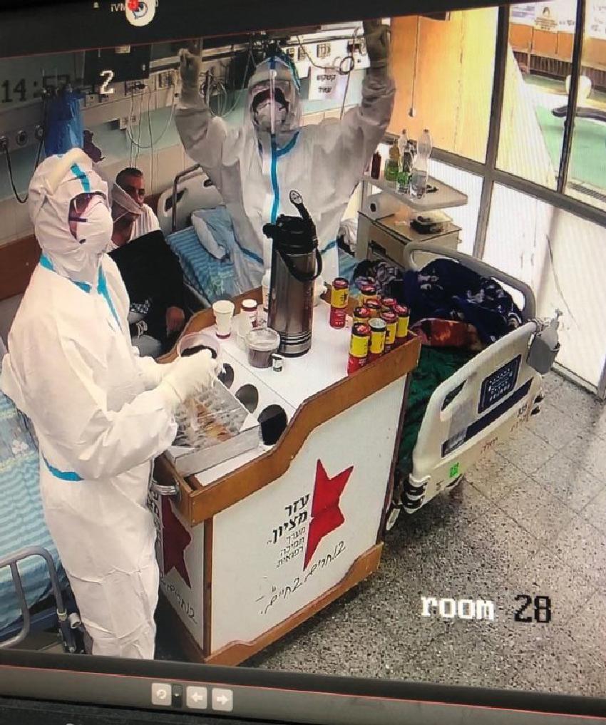 מתנדבי עמותת עזר מציון במחלקת הקורונה במרכז הרפואי כרמל (צילום: אלי דדון)