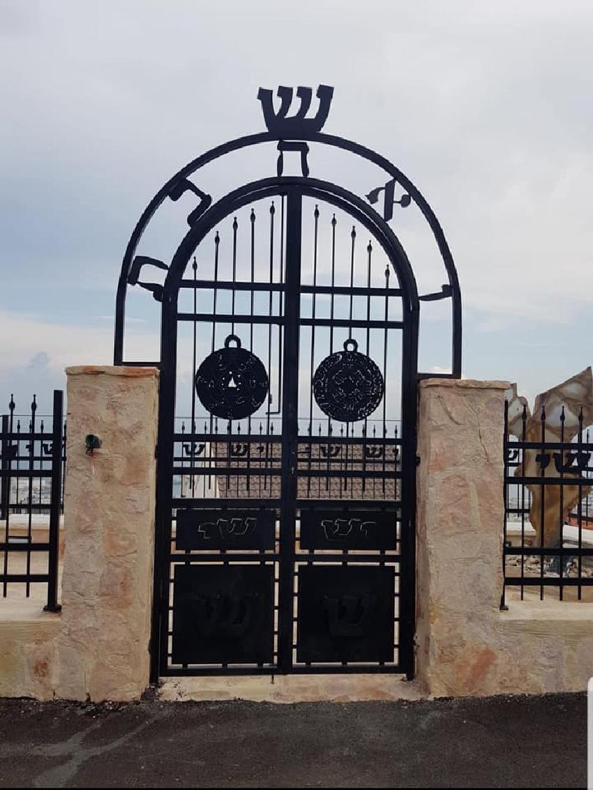 השער בפתח ביתה של אביבה שמר
