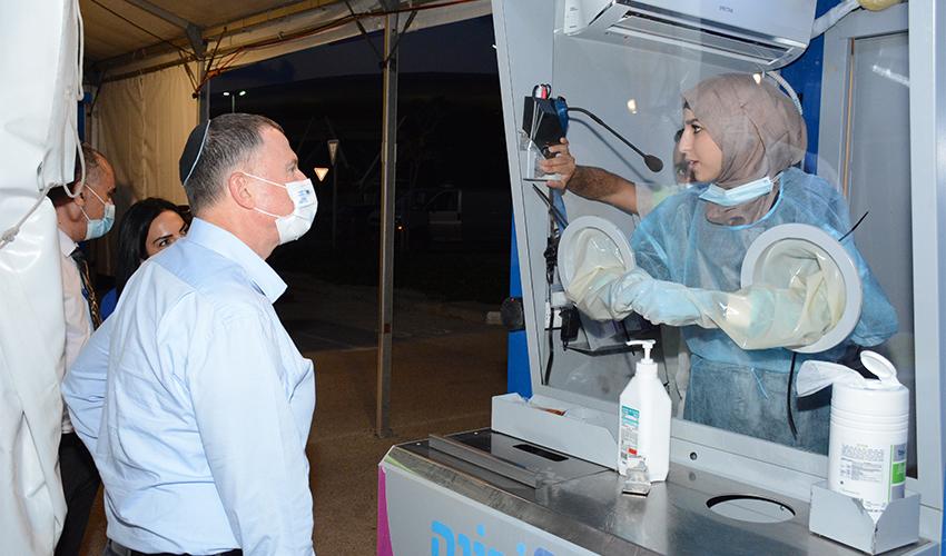 שר הבריאות יולי אדלשטיין במתחם התחסן וסע (צילום: דוברות מכבי שירותי בריאות)