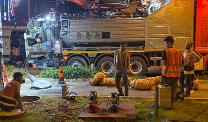העבודות לפתיחת הסתימה בקו הביוב ברחוב חטיבת גולני (צילום: תאגיד מי כרמל)