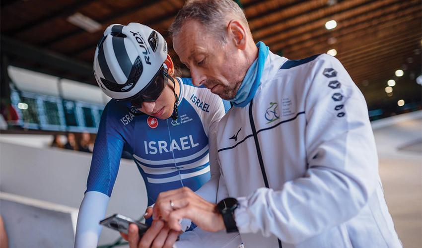 """גלי וואלך עם המאמן סטיב מק'יואן. """"יש לו תוכנית ארוכת טווח"""" (צילום: Josef Vaishar)"""