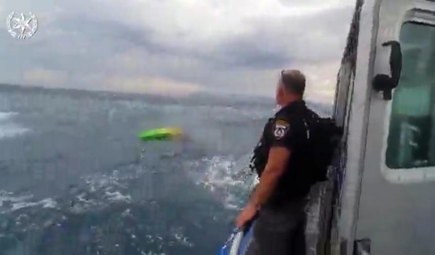 חילוץ של אחד מחותרי הקיאקים (צילום: דוברות משטרת ישראל)