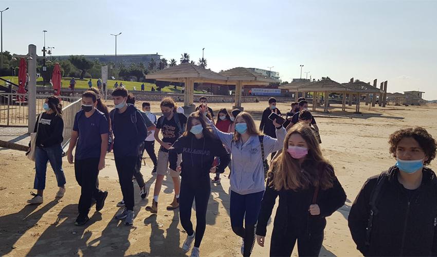 תלמידים צועדים בחוף הים (צילום: דוברות בית הספר הריאלי)