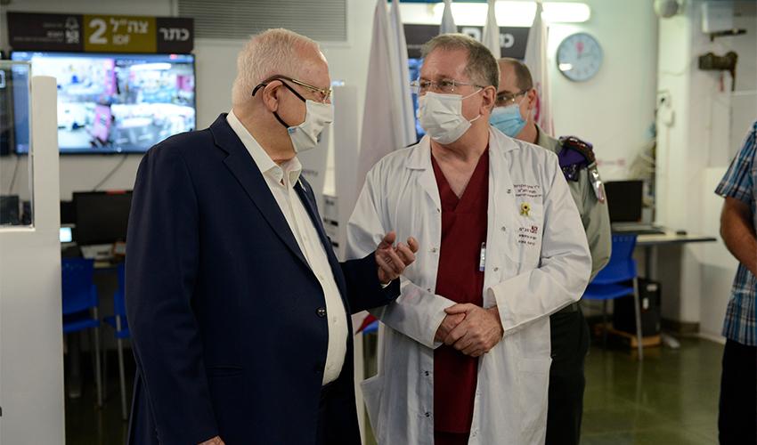 """נשיא המדינה ראובן ריבלין ומנהל הקריה הרפואית רמב""""ם ד""""ר מיכאל הלברטל (צילום: הקריה הרפואית רמב""""ם)"""