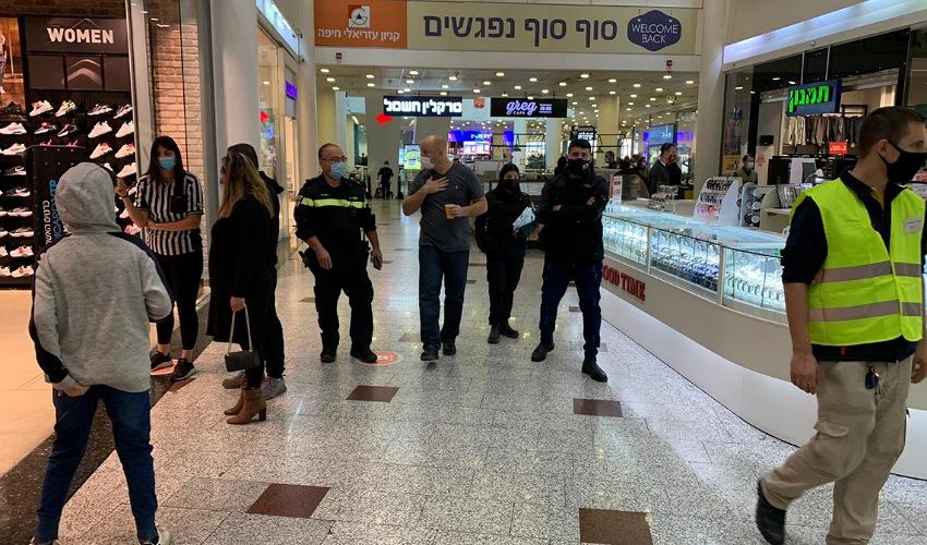"""מנכ""""ל קניון עזריאלי חיפה עופר שביט בסיור עם נציגי המשטרה (צילום: חגית הורנשטיין)"""