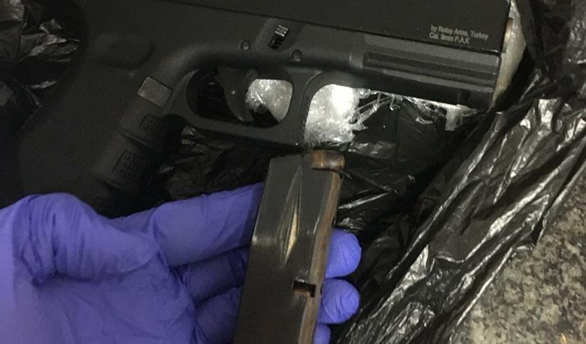 האקדח והמחסנית שנתפסו (צילום: דוברות משטרת ישראל)