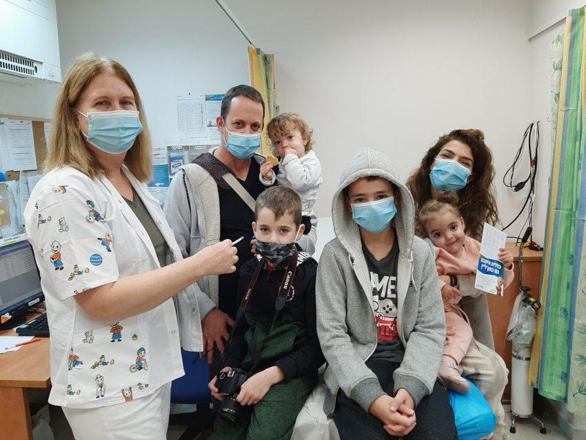 משפחה מתחסנת נגד השפעת במרכז הילד של כללית מחוז חיפה. צילום: דוברות כללית