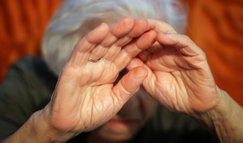 תקיפת קשישה (צילום: shutterstoc.com/Alexandar Nalbantjan)