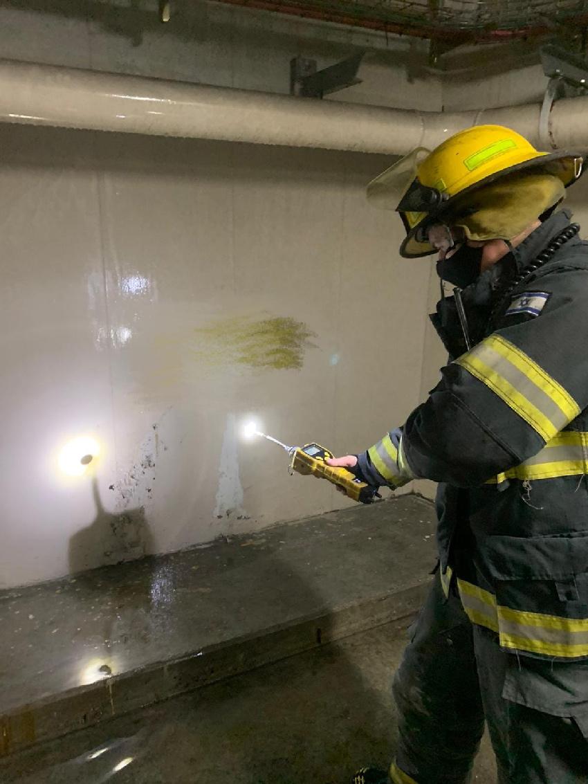 לוחם אש בזירת האירוע (צילום: דוברות שירותי הכבאות וההצלה)