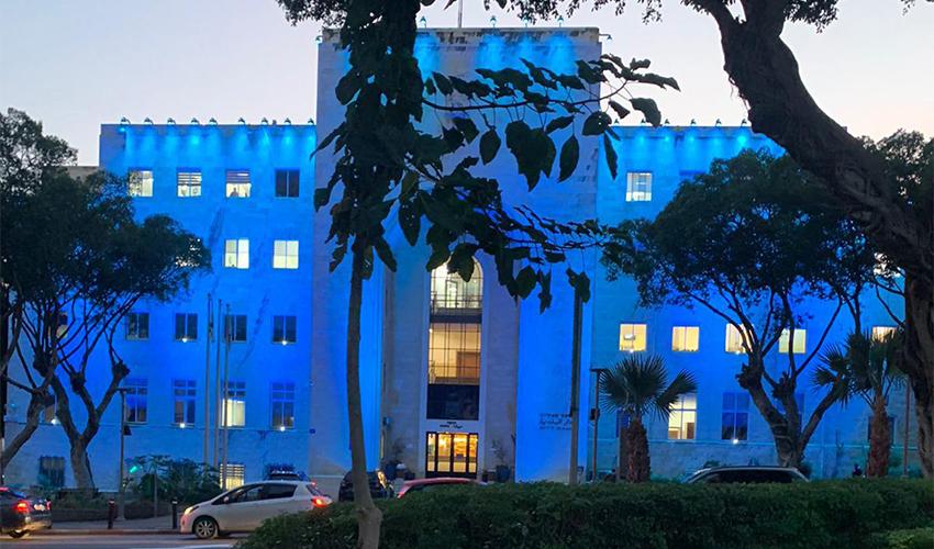 בניין עיריית חיפה מואר בכחול (צילום: ראובן כהן, דוברות עיריית חיפה)