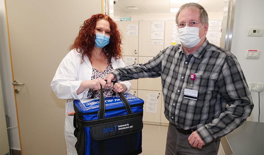 """ד""""ר מיכאל הלברטל מקבל את משלוח החיסונים (צילום: הקריה הרפואית רמב""""ם)"""