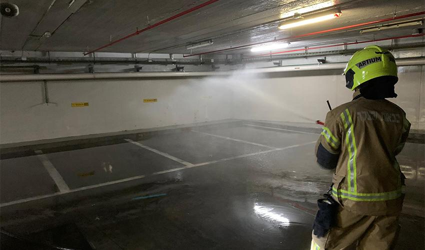 לוחם אש בחניון בתי המשפט (צילום: דוברות שירותי הכבאות וההצלה)
