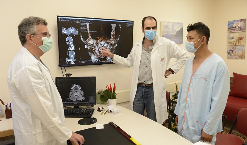 """ד""""ר טוני כראם, ד""""ר איתן אברג'ל וסוראצ'ט פינטונג (צילום: הקריה הרפואית רמב""""ם)"""