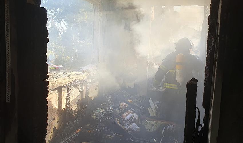 פעולות הכיבוי בדירה שנשרפה (צילום: דוברות שירותי הכבאות וההצלה)