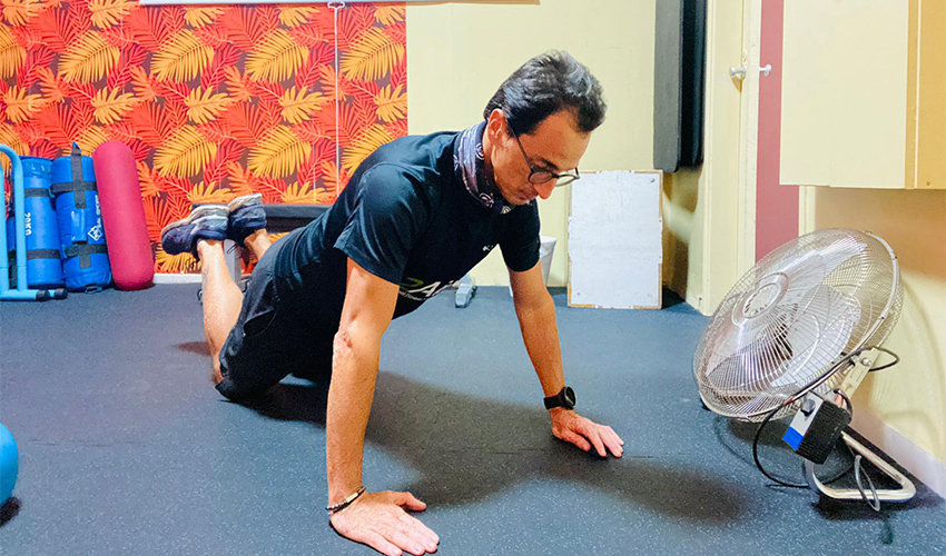 שכיבות סמיכה עם ברכיים על הרצפה