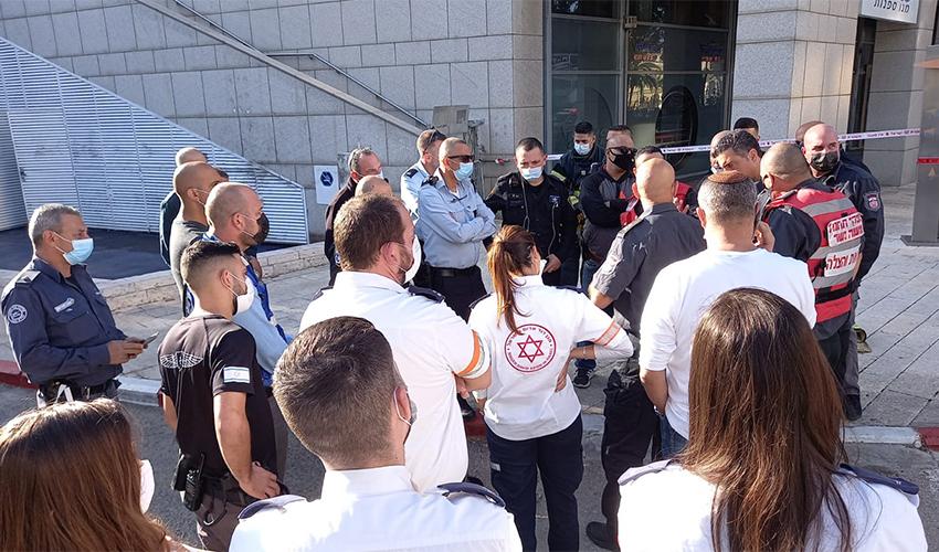 """כוחות של שירותי הכבאות וההצלה, משטרת ישראל ומד""""א בזירת האירוע (צילום: דוברות שירותי הכבאות וההצלה)"""