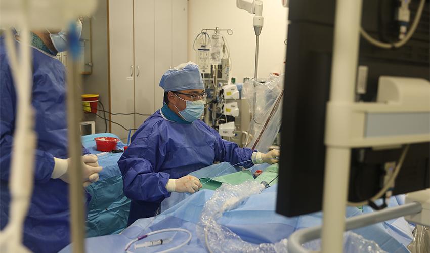 """ד""""ר סרגיי יאלוניצקי בהליך צנתור (צילום: הקריה הרפואית רמב""""ם)"""
