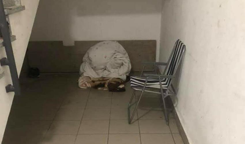 חדר המדרגות שבו התגוררה הצעירה