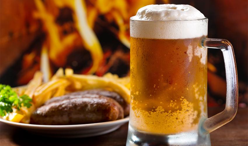 בירה ונקניקיות באפטר דארק (צילום מתוך דף הפייסבוק של אפטר דארק)