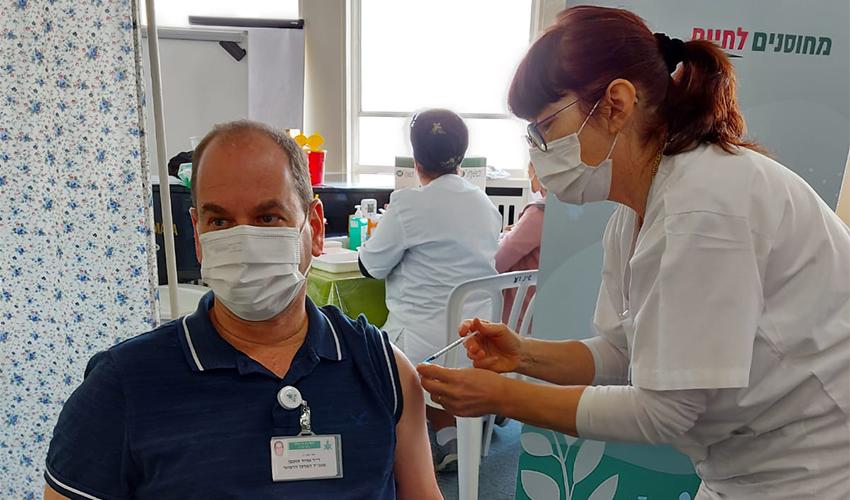 """ד""""ר אוהד הוכמן מקבל את החיסון השני נגד קורונה (צילום: אמי זוארץ)"""